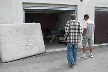 Obyvatelé garáže na zemi spí i vaří. Ti, kterým to zdravotní stav dovolí, vyrážejí přes den do ulic.