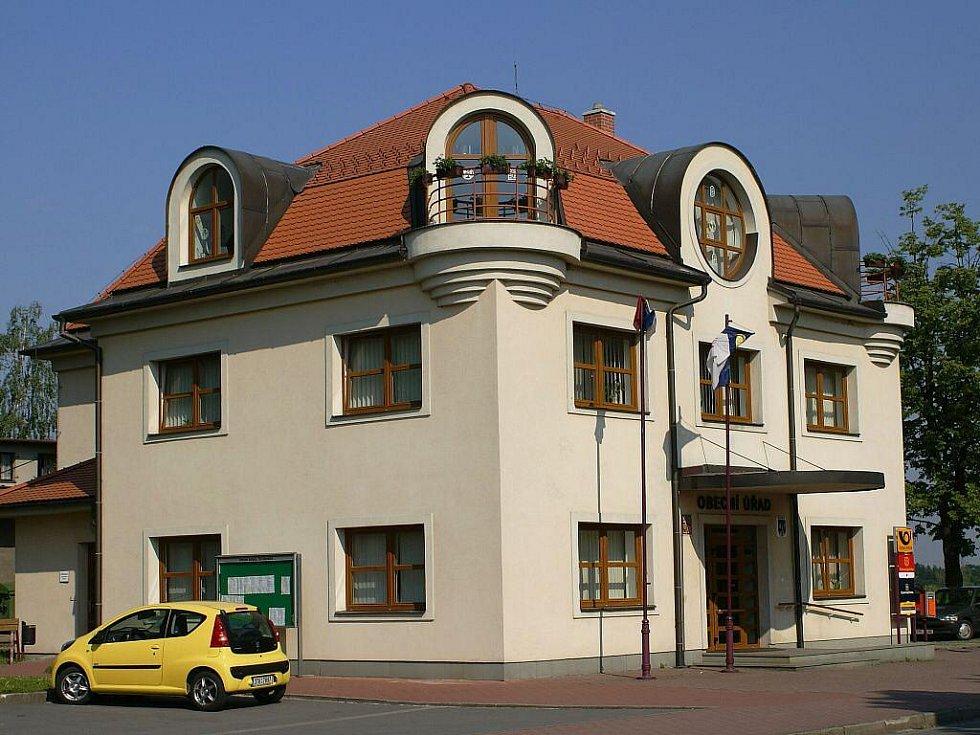 Budova obecního úřadu a pošty v Řepišti.