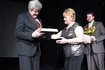 Frýdecko-Místecká primátorka Eva Richtrová předala Ceny statutárního města Frýdku-Místku za rok 2008. Na snímku Jaromír Václavík.