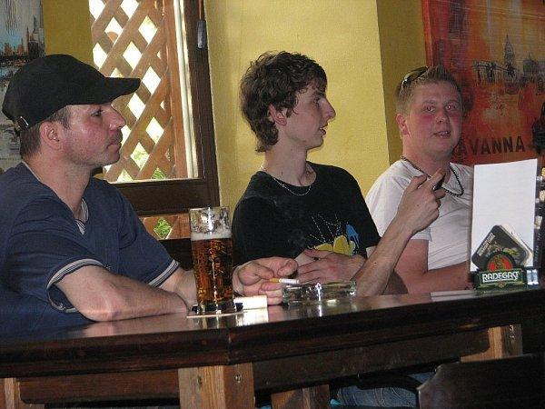 Fanoušci ve čtvrtek 16.května obsadili bary ive Frýdku-Místku. Důvodem byl čtvrtfinálový zápas na mistrovství světa vhokeji mezi Českou republikou a Švýcarskem.