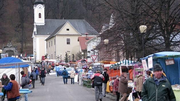 Tradiční Ondřejská pouť proběhla v neděli 30. listopadu na hradě Hukvaldy, ale také v podhradí. Prodejcům dělal starosti silný vítr, který jim bral stánky i vystavené zboží.