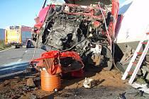 Snímek z místa středeční nehody v Ropici. Kamion se zde čelně se střetl s náklaďákem.
