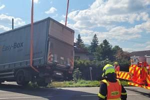 Vyproštění kamionu uvízlého v kanále, středa 8. září 2021.