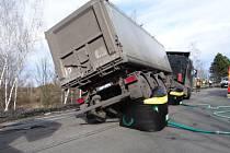 Vyprošťování nákladního automobilu ve Staříči.