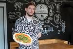 Umí tady rychle připravit velmi chutnou pizzu. Vlétě je možnost si venku posedět u piva či kávy. Hospodu NAHŘIŠTI vPržně si ohromně oblíbili nejen cyklisté, ale také rodiny sdětmi. Na snímku kuchař kuchař Petr Žídek.