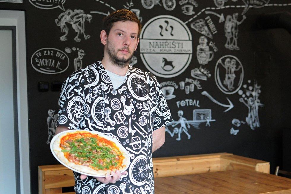 Umí tady rychle připravit velmi chutnou pizzu. Vlétě je možnost si venku posedět u piva či kávy. Hospodu NAHŘIŠTI vPržně si ohromně oblíbili nejen cyklisté, ale také rodiny sdětmi. Na snímku kuchař Petr Žídek.