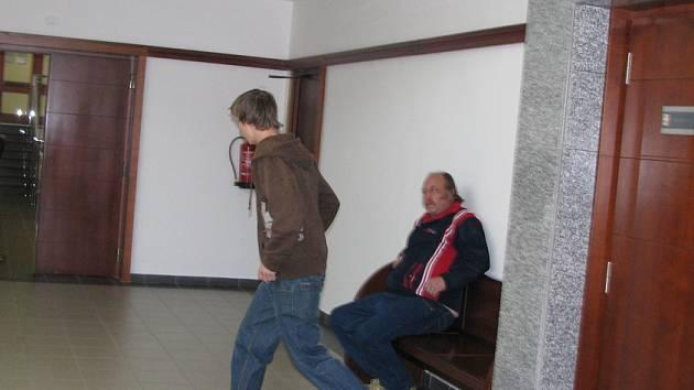 Jakub Kováč spěchá z jednací síně. Za těžkou újmu na zdraví a výtržnictví dostal dvouletý nepodmíněný trest.