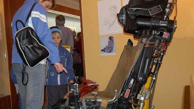 Atrakcí výstavy je vystřelovací sedadlo ze stíhacího stroje.