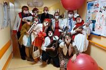 Při dvacátém výročí fungování projektu zdravotních klaunů navštívili jeho hlavní hybatelé všeho veselí Nemocnici Třinec.