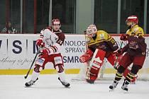 Hokejisté Frýdku-Místku (v bílém) bojovali na jihlavském ledě o cenné body. Po porážce 1:2 si ale nepřivezli ani jeden.