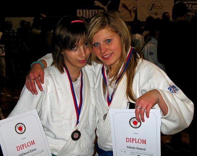 Z MISTROVSTVÍ REPUBLIKY v judu přivezly Nikola Kesová (vpravo) stříbrnou medaili a Ester Vilčková medaili bronzovou.