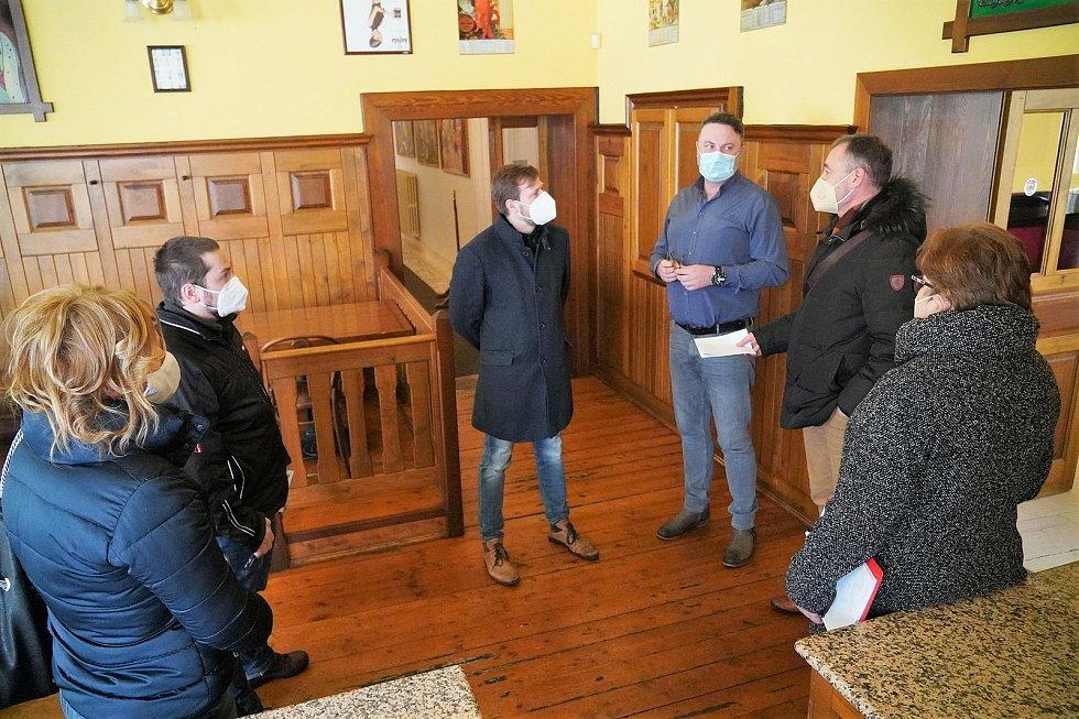 Zástupci krajského úřad, krajské hygienické stanice a města prohlížejí prostory Národního domu ve Frýdku-Místku.