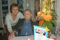 Štěpán Krejčí oslavil své sté narozeniny. Třikrát denně k němu přicházejí ošetřovatelky z Pečovatelské služby. Nejraději z nich má staříček Jitku Burešovou, se kterou je na snímku.