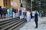 Před třineckou nemocnicí se v pondělí před polednem konalo setkání zdravotníků, kteří nesouhlasí s odvoláním ředitele nemocnice Martina Sikory