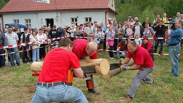 Pestrý program čekal v sobotu po poledni na všechny, kteří dorazili do Řeky. U zdejšího obecního úřadu proběhla Májová veselice, kterou letos doplnila soutěž amatérských dřevorubců – Forest Man.