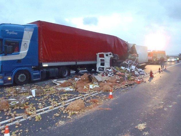 Nehoda dvou nákladních vozidel z Polska a Slovenska v Mostech u Jablunkova.