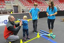 Werk Arena v Třinci patřila v neděli dopoledne dětem. Pořadatelé Beskydské laťky pro ně připravili soutěže, u vstupu do haly návštěvníky bavili i klauni.