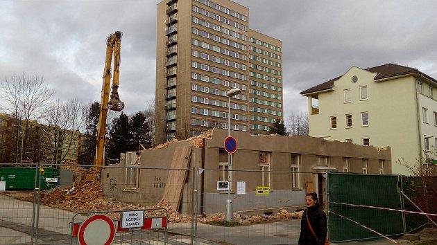 Demolice domu Pionýrů je v plném proudu.