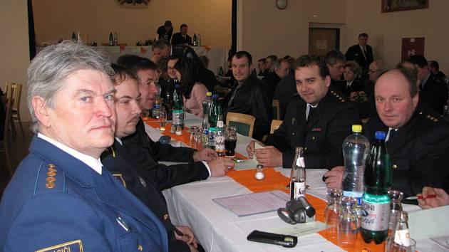 Starosta SDH Dolní Lomná Jan Gorzolka (vlevo), za ním jsou velitel SDH Dolní Lomná Martin Tomica a Jan Plaček (SDH Píšečná). Zcela vpravo Jaromír Gruszka (SDH Horní Lomná), vedle něj sedí Tomáš Kohut (SDH Mosty u Jablunkova).