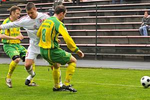 Fotbalisté Sokolova utrpěli v Třinci první jarní porážku ve druhé lize. Domácí Richard Veselý bojuje o míč se sokolovskými hráči Kaplanem a Poděbradským.