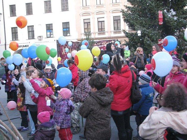 Na místeckém náměstí se v sobotu odpoledne vypouštěly balonky s přáním Ježíškovi. Okamžik, na který čekaly hlavně děti, přišel krátce po patnácté hodině.