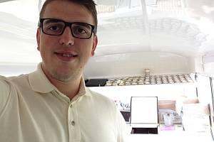 Pavel Labaj před osmi lety začínal jako prodavač domácí zmrzliny v severní Anglii. V rodinné firmě se mu zalíbilo a v současnosti dodává zmrzlinu na festivaly po celé zemi.