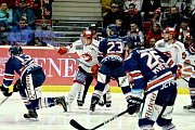 Hokejové derby Třinec - Vítkovice (v modrém).