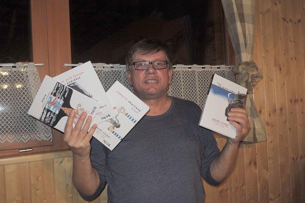 Zdeněk Hledač představuje své knihy.