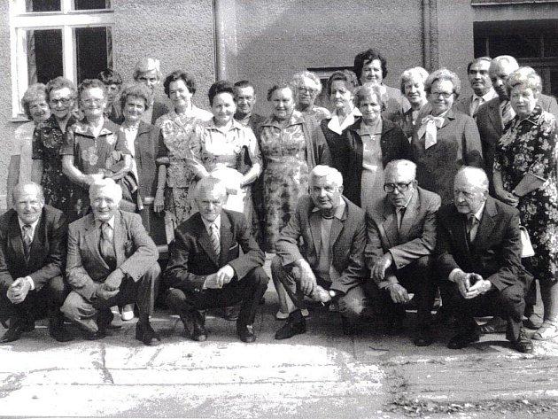 Fotografie z 18. září 1982, kdy se v Bašce uskutečnilo setkání žáků , šedesátníků. Mezi hosty byla i učitelka Antonína Mačáková.