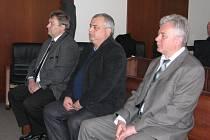 Frýdecko-místecký okresní soud uzavřel kauzu údajně zmanipulované veřejné zakázky v Hnojníku. Odsouzeno bylo pět mužů, mimo jiné hnojnický starosta Miroslav Molin (na snímku uprostřed), jemuž soud udělil podmíněný trest 25 měsíců.