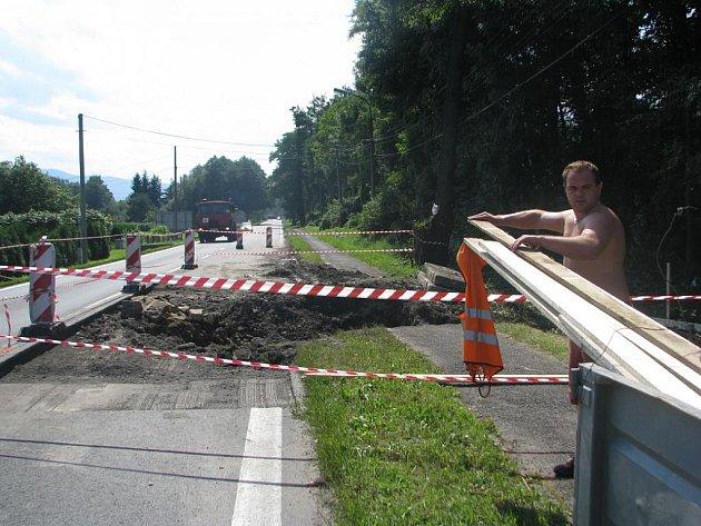 V Ropici začala oprava propustku, který je v havarijním stavu. V sobotu a v neděli bude muset být zcela uzavřena hlavní silnice I/11. Oprava skončí v polovině září, do té doby by místem neměly projíždět kamiony.