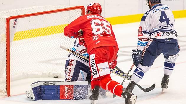 Z výhry v derby se radovaly Vítkovice (v bílém), která šťastně otočily utkání s Třincem v samém závěru zápasu.