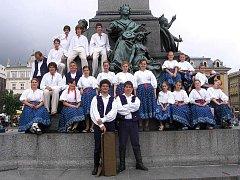 Jackové na náměstí v polském Krakově. Jablunkovský soubor vystupoval také na Slovensku, v Bulharsku a ve Francii.