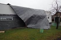 Hasiči odstraňovali část větrem stržené střechy ve Smilovicích.
