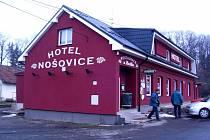 Lidé vycházejí z restaurace U Mališky v hotelu Nošovice.