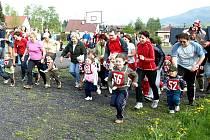 Neobvyklým způsobem oslavují výročí osvobození (5. května) lidé z Kunčic pod Ondřejníkem. Organizátoři místního Sokola si připravili Kunčický ovál - štafetový běh dvojic po 400 metrovém oválu školního hřiště.