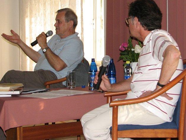 Petr Hořejš na snímku vlevo.