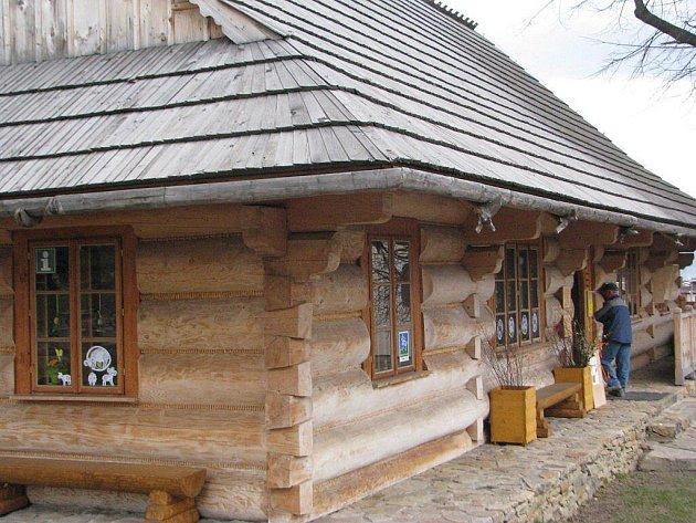 Stylové gorolské infocentrum v Mostech u Jablunkova, pro které se vžila zkratka GOTIC, turistům nabízí informace, ale také jim přibližuje lidová řemesla.