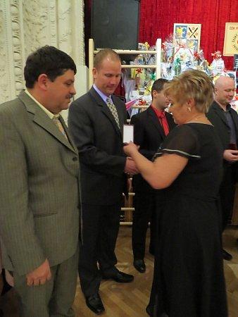 Ani letos nemohla Jana Stanovská chybět na společenském večírku pro bezpříspěvkové dárce krve a plazmy, kterým předávala zlaté kříže a medaile vNárodním domě ve Frýdku-Místku.