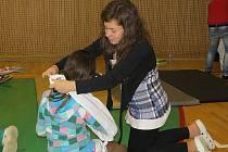 Žáci 6. ZŠ ve Frýdku-Místku si ve čtvrtek vyzkoušeli pod zdravotnickým dohledem první pomoc.
