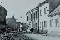 FRÝDLANTSKÁ ULICE v roce 1966. Jako záchytný bod poslouží kostel Všech svatých, který je na snímku v pozadí.