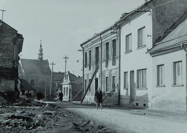 FRÝDLANTSKÁ ULICE vroce 1966.Jako záchytný bod poslouží kostel Všech svatých, který je na snímku vpozadí.