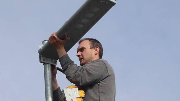 Na solární lampy veřejného osvětlení přispěla Žabni Nadace ČEZ
