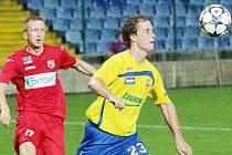 Druhou zimní posilou třineckých fotbalistů se stal útočník Pavel Malcharek (ve žlutém).