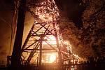 Požár dřevěného kostela v Gutech 2. 8. 2017.