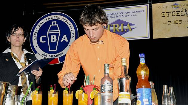 Ondřej Kozlovský ze Soukromé třinecké obchodní akademie a hotelové školy připravuje svůj soutěžní drink. Celkově skončil na 22. místě z 36 soutěžících.