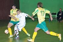 Mezi třineckým Očadlíkem (zcela vpravo) a Mendrokem (číslo 17) se ocitl hostující Ševčík. Futsalisté Likopu Třinec zdolali v domácím prostředí Agromeli Brno o pět branek.