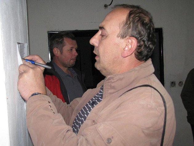 Převzal. Vladislav Janiczek před rokem přebíral za město nedokončený kulturní dům. Vzadu Bedřich Čmiel.