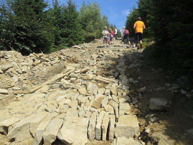 Stavba turistického chodníku na beskydskou Lysou horu.