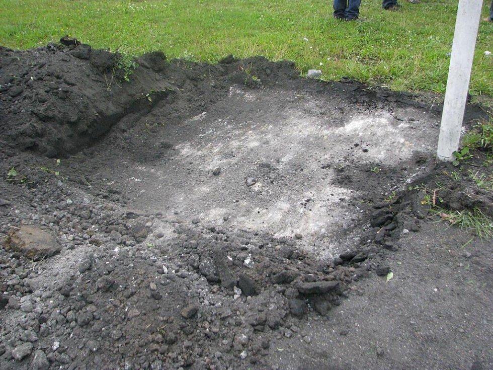 Začátek výstavby fotbalového hřiště s umělým povrchem.